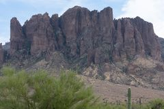 Vue des montagnes de superstition en Arizona images libres de droits