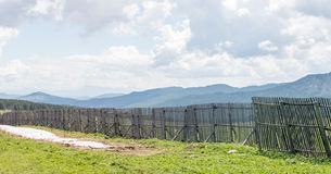 Vue des montagnes derrière la barrière du passage Photo libre de droits