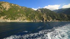 Vue des montagnes du ferry, la montagne sainte Athos de la Grèce Halkidiki de la mer Méditerranée banque de vidéos