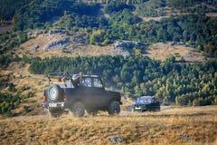 Vue des montagnes en Crimée avec outre de la voiture de la route 4x4 Photos stock