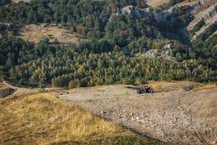 Vue des montagnes en Crimée avec outre de la voiture de la route 4x4 Image libre de droits