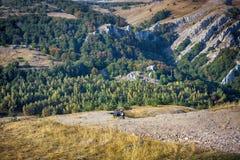 Vue des montagnes en Crimée avec outre de la voiture de la route 4x4 Image stock