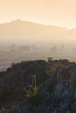 Vue des montagnes entourant Phoenix au coucher du soleil, A