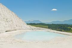 Vue des montagnes et de la vallée de la terrasse blanche de travertin Photo stock
