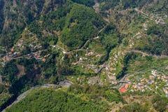 Vue des montagnes et des maisons vertes, Madère Curral DAS Freiras Photographie stock libre de droits