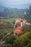 Vue des montagnes et des monastères de Meteora, Grèce Photographie stock libre de droits
