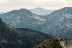 Vue des montagnes posées des prés d'Illal Photos stock