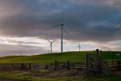 Vue des moulins à vent contre le contexte des nuages de coucher du soleil photo stock