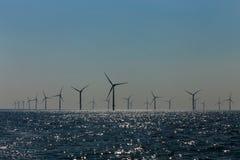 vue des moulins ? vent en mer du champ d'?oliennes de Rampion outre de la c?te de Brighton, le Sussex, R-U images libres de droits