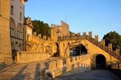 Vue des murs du San Marino Republic au coucher du soleil Images stock