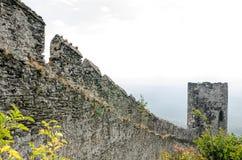 Vue des murs en pierre antiques du château Photographie stock libre de droits