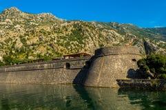 Vue des murs renversants de ville de Kotor, Monténégro images stock