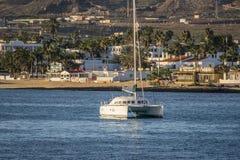 Vue des navires dans la marina smal dans Corralejo Images libres de droits