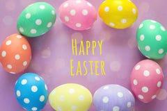 Vue des oeufs de pâques avec des salutations de Pâques sur le fond pourpre Photographie stock libre de droits
