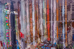 Vue des perles à chaînes artificielles accrochant dans une boutique de rue, Chennai, Inde, le 19 février 2017 Images stock