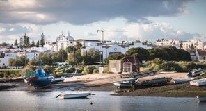 Vue des petits ports de p?che de Tavira, Portugal image stock