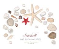 Vue des pierres et du coquillage sur le blanc Photo stock