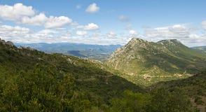 Vue des Pyrénées, France, du château médiéval Quéribus de Cathar Photos stock