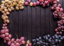Vue des raisins sur le fond en bois photos stock