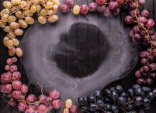 Vue des raisins sur le fond en bois Photographie stock libre de droits
