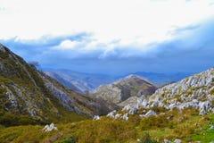 Vue des roches au milieu d'une montagne dans un jour nuageux image libre de droits