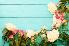 Vue des roses colorées sur le fond en bois bleu Moquerie haute et espace de copie Vue supérieure et foyer sélectif Mère et Saint  Image libre de droits