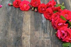 Vue des roses rouges sur un fond en bois avec l'espace pour le texte Photo libre de droits