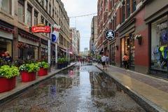 Vue des rues de Cleveland dans la brume de soirée, après forte pluie Ohio, les Etats-Unis Photos stock