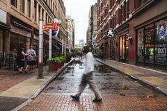 Vue des rues de Cleveland dans la brume de soirée, après forte pluie Ohio, les Etats-Unis Image stock