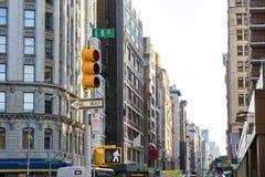 Vue des rues serrées de ville regardant en bas de Broadway de l'inte Photos stock