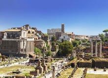 Vue des ruines d'un forum romain avec des vues célèbres, Rome Images stock
