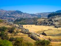Vue des ruines de Sacsayhuaman et de la ville de Cusco, Cusco, Pérou Photographie stock libre de droits