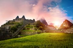 Vue des ruines en pierre Machu Picchu au lever de soleil image stock