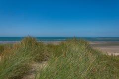 Vue des sanddunes à la plage de Ynyslas Image stock