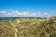 Vue des sanddunes à la plage de Ynyslas Photos stock