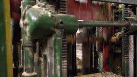 Vue des scies se déplaçant rapidement sur la machine, plan rapproché banque de vidéos