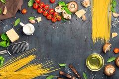 Vue des spaghetti avec l'ensemble d'ingrédients pour faire cuire des pâtes Photos libres de droits