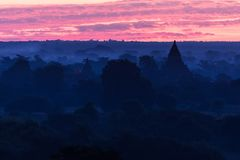 Vue des temples antiques dans le matin brumeux, lever de soleil dans Bagan, Myanmar (Birmanie photographie stock