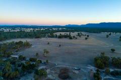 Vue des terres cultivables et de la forêt indigène avec des montagnes photographie stock libre de droits