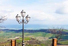 Vue des terres siciliennes vertes de la ville d'Aidone Image libre de droits