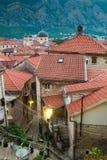 Vue des toits carrelés de la vieille ville de la forteresse dans Kotor dans Monténégro photo stock
