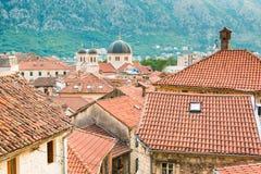 Vue des toits carrelés du vieil ANG de ville l'église de la forteresse sur la colline dans Kotor dans Monténégro image libre de droits