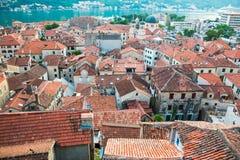 Vue des toits carrelés du vieil ANG de ville l'église de la forteresse sur la colline dans Kotor dans Monténégro photos stock