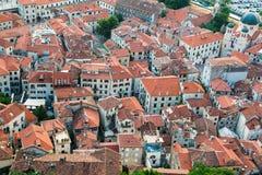Vue des toits carrelés du vieil ANG de ville l'église de la forteresse sur la colline dans Kotor dans Monténégro photographie stock