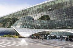 Vue des touristes sortant de l'aéroport à Bakou, Azerbaïdjan Photographie stock