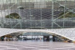 Vue des touristes sortant de l'aéroport à Bakou, Azerbaïdjan Image libre de droits