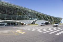Vue des touristes sortant de l'aéroport à Bakou, Azerbaïdjan Photos libres de droits