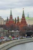 Vue des tours de Moscou Kremlin de l'après-midi nuageux d'avril de remblai de Prechistenskaya Photographie stock
