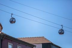 Vue des tramways aériennes, funiculaires, s'attaquant la rue, dans le centre ville, secteur de touristes au centre à la ville de  images stock