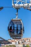 Vue des tramways aériennes, funiculaires, s'attaquant la rue, dans le centre ville, secteur de touristes au centre à la ville de  image stock